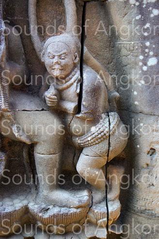 Bouffon avec ceinture-sonnailles. Terrasse des Éléphants. XIIIe s.