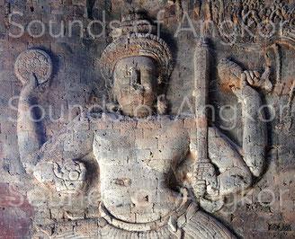 1a. Viṣṇu tenant une conque sénestrogyre. Sur le détail 1b, on voit clairement le début de l'enroulement au niveau de l'apex et la fin de la columelle près du pouce. Prasat Kravan. 921 A.D.