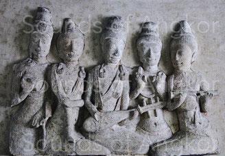 2. Musiciennes. Plaque extraite d'un stupa sur le site n° 10 de Ku Bua, Ratchaburi. Seconde moitié du VIIe siècle. Musée National, Bangkok.