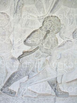 Trompe incurvée Remarquez l'embouchure circulaire. Angkor Vat, Combat des Devas et des Asuras, galerie nord, partie ouest. XIIe siècle.