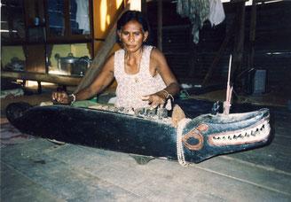 La dernière joueuse de cithare de crocodile de la province de Surin en Thaïlande. Thailand. Photo © Michel Antelme.