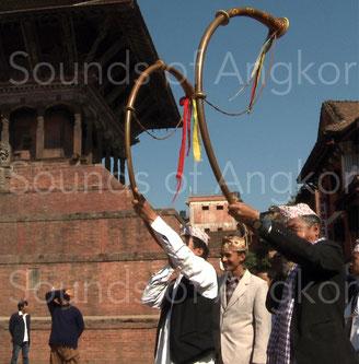 Paire de trompes narsingha des Damaï. Considérées comme auspicieuses, elles sont ici jouées dans une procession de mariage à travers la ville de Bhaktapur au Népal.