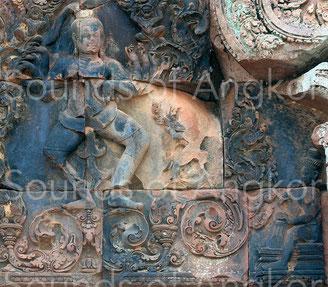Danse de Shiva. Le tambourinaire se situe en bas à droite. Banteay Srei. XIe s.