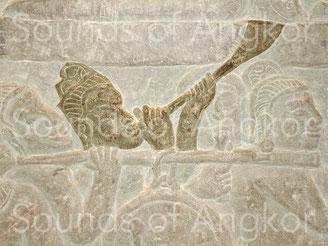 Trompe à pavillon évasé. Angkor Vat. Victoire de Krishna sur Asura Bāna, galerie nord, aile est. XVIe s.