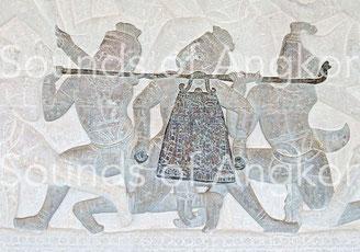 Grande cloche sur portant à battant externe. Angkor Vat, Galerie nord, Combat entre les Asura et les Deva. XIIe s.