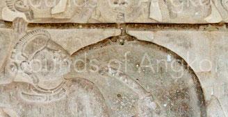 Le dispositif de suspension, semblable à celui des tambours des pagodes contemporaines, est clairement visible. Angkor Vat, Défilé Historique. XIIe s.