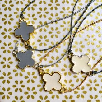 Croix émaillée montée en bracelet sur fil de jade ajustable avec fermoir