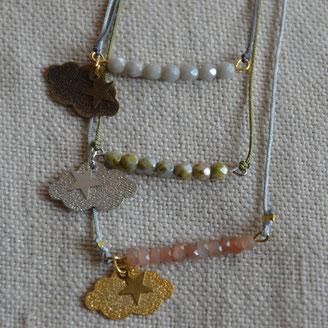 Rang de petites perles de verre avec un nuage diamanté suspendu au bout monté en collier ajustable sur fil de jade.