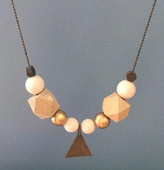sautoir composé de perles en bois rondes et hexagonales avec breloque triangle laiton bronze