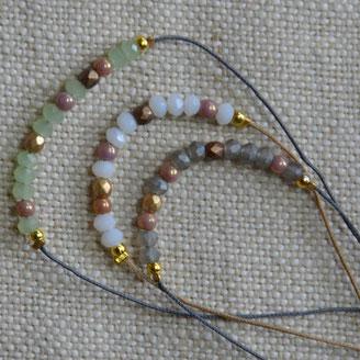 Petites perles facettées en 3 versions montées en bracelets ajustables pour femmes et enfants