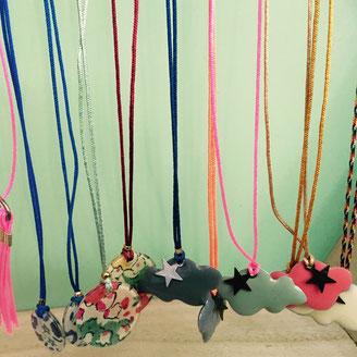 Colliers nuages, sequin en  nacre, pastilles de résine liberty pour fillettes sur fil de jade réglable ou avec fermoir