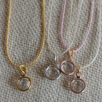 Crystal Swarovski serti monté en collier pour femme sur chaîne fantaisie ou sur fil de jade réglable à l'aide d'un noeud coulissant.