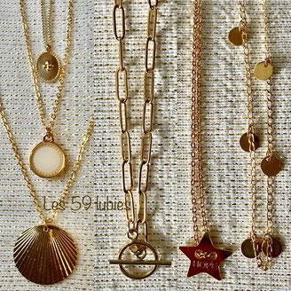 Colliers pour femmes sur chaîne à maillon ovale ou chaîne forçat en laiton doré à l'or fin montés avec des breloques pendentifs dorés à l'or fin, des médailles émaillées motifs croix, des pendentifs ronds, et des pampilles