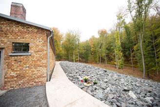 Rechts neben dem Kramatorium ist ein Aschegrab. Auch Fritz wurde hier verbrannt. Die Widerstandsgruppe wurde enttarnt. Vor der Folter nahm sich Fritz Pröll das Leben. Er hatte Angst andere zu Verraten.