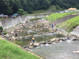 川遊びも楽しめる会場
