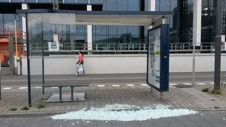 割れたガラス張りのバス停