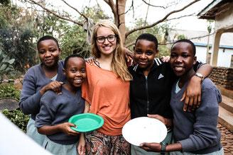 Ehemalige Freiwillige Katharina mit Schülerinnen ihres Kochprojektes.