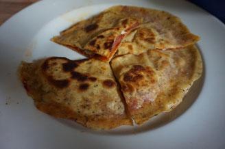 Goezlizza - Goezleme und Pizza in einem - mit Salami und Kaese