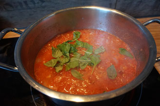 Spaghetti mit schneller Basilikum Tomatensosse