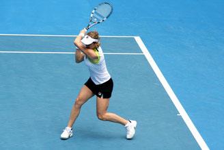 Joueuse de tennis professionnelle ayant un geste de coup droit parfait, amélioré par l'intégration des réflexes archaïques