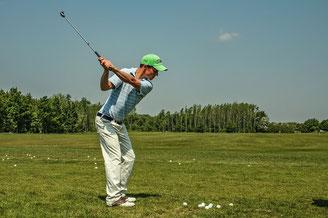 Golfeur professionnel en plein mouvement, qui s'entraine à la perfection de son geste et de sa concentration, améliorés par l'intégration des réflexes archaîques