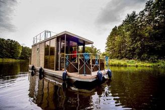 Hausboote mieten 5 Personen Brandenburg. Aussenansicht Hausboot.