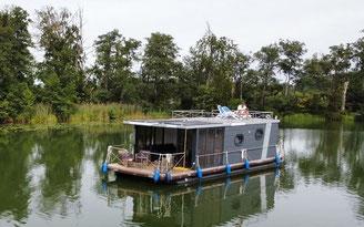 Hausboote mieten 6 Personen Brandenburg. Aussenansicht Hausboot.