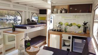 Hausboote mieten 4 Personen Brandenburg. Innenraum des Hausbootes.