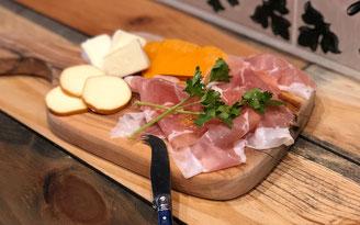 生ハムとチーズの盛り合わせ 絶対食べるべき一品として話題になったGoccia(ゴッチャ)の「トリュフのチーズリゾット」