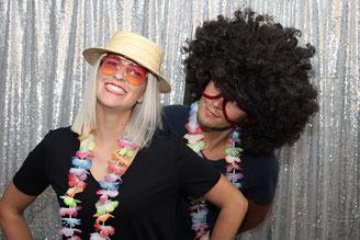 Lustiges Photobooth Shooting mit Gästen auf einer Hochzeit