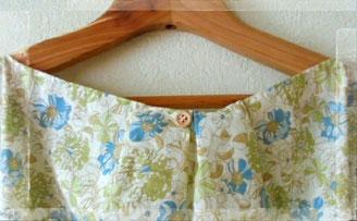 バックスタイルは襟ぐりにナチュラルな木のボタンを使いました、前にして着ても良いですよ。