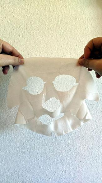 Mani che tengono la Maschera viso monouso in tessuto Matt pronta per l'utilizzo
