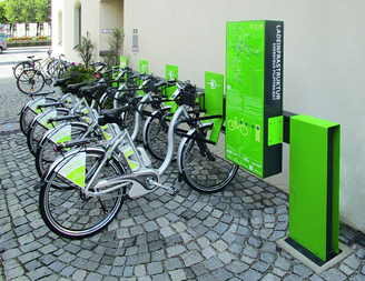 e-Bikes laden an einer Ladestation