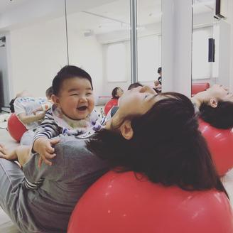 エクササイズ後のリラックスタイムも、赤ちゃんの最高の笑顔、いただきました!!