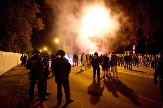 Lørdag ved 23 tiden eskalerer den racistiske amokløb i Heidenau