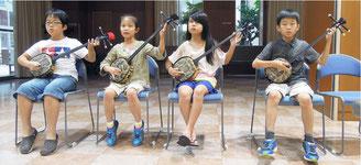 「第37回八重山古典音楽コンクール」に向けて練習に励む伊良皆高吉研究所の〝ちびっこ〟門下生(同研究所提供)