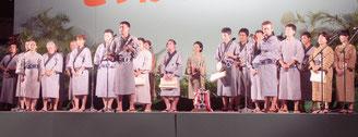 白く輝く月明かりの下、第68回とぅばらーま大会が開催された=6日夜、新栄公園