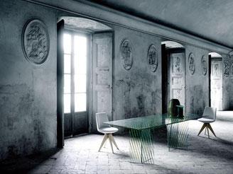Die spanische Designerin Patricia Urquiola hat für den Hersteller Glas Italia den Tisch Crossing entworfen. Durch ein spezielles Beschichtungsverfahren werden die einzelnen Glaselemente versetzt überlagert und zusammengebaut, so dass ein grafischer Effekt