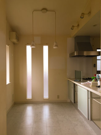 対面式キッチンのあるリビングルーム