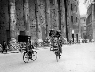 A. Porry Pastorel. Seggiolai in bicicletta a Piazza di Pietra. Roma, 1931 . Foto Museo di Roma