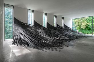 """Monika Grzymalas Raumzeichnung """"Tangenten"""" im Museum Lothar Fischer. Foto: Andreas Pauly."""