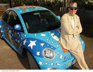 Foto: James Rizzi vor dem von ihm gestalteten VW New Beetle (2006); Foto A. Lieventhal, Art 28