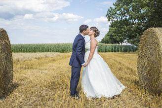Brautpaar am Feld im Herbst