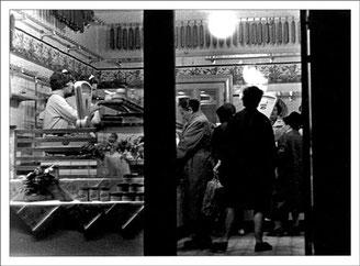 1964, Mutter Marianne Grönke beim  Verkauf an der Fleisch- & Wursttheke