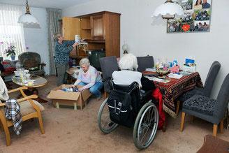 Rita Blootshoofd (midden) en haar zus waren vorige week druk bezig met verhuizen in de voormalige woning in Papendrecht van hun moeder. © Richard van Hoek Fotografie
