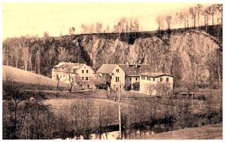Die Tobiasmühle um 1900. Gegenüber die mächtigen Gesteins-Abbrüche am West-Rand des Lotzdorfer Schafberges.  Museum Schloss Klippenstein
