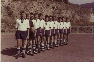 Lasbecker Jungs auf dem Sportplatz in Nachrodt