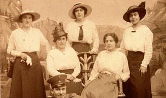Sophie Heymann (rechts) mit (von links) ihren Schwestern Rosalie und Bertha, Schwägerin Meta und Bruder Moses (unten)