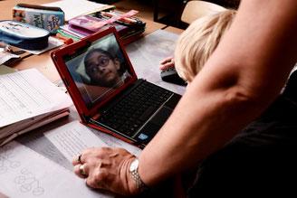 Schüler vor einem Laptop