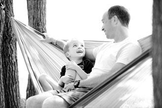 Vater mit Kind in Hängematte